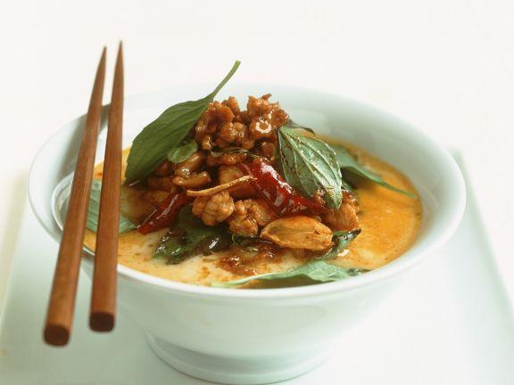 Gelbes Curry mit Hähnchen und thailändischem Basilikum