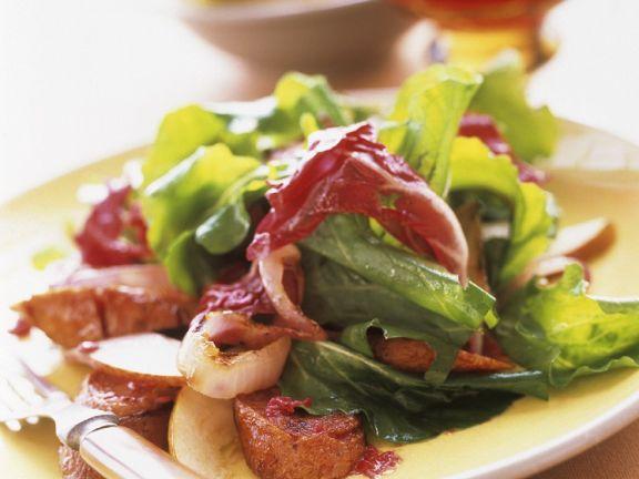 Gemischter Blattsalat mit Bratwürstchen