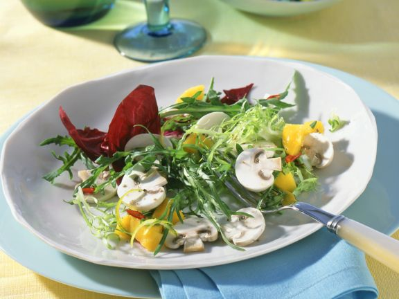 Gemischter Blattsalat mit Champignons und Mango-Chili-Salsa