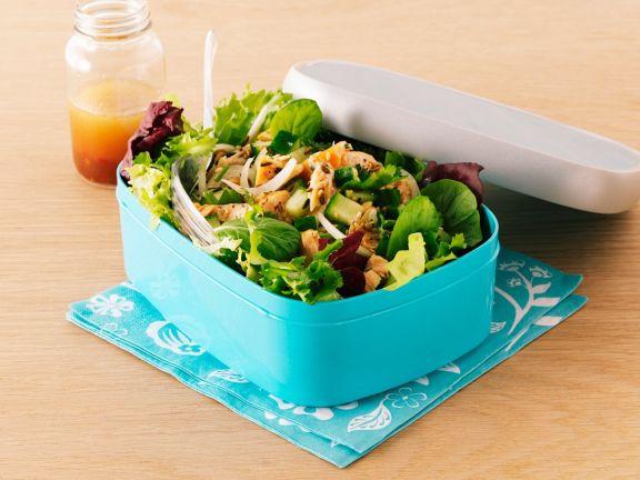Gemischter Blattsalat mit Gurke und Lachs