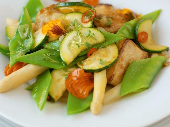 Gemischter Gemüsesalat mit Hähnchen und Blüten
