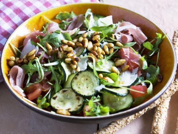 Gemischter grüner Salat mit Zucchini, Pinienkernen und Rohschinken