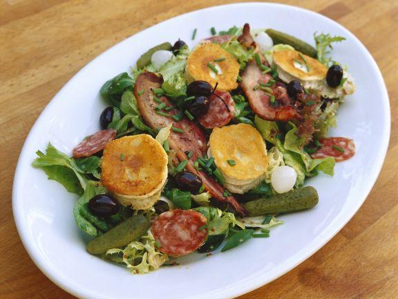 Gemischter Salat mit gebackenem Ziegenkäse