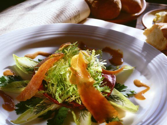Gemischter Salat mit Lachs und Senf-Dressing
