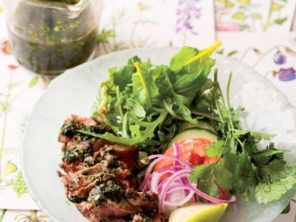 Gemischter Salat mit Rinderfilet und Kräuterdressing