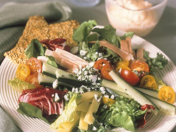 Gemischter Salat mit Schinken, Käse und Joghurtdressing