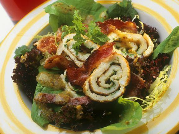 Gemischter Salat mit Speck und Creperolle