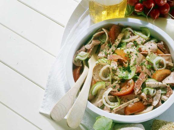 Gemischter Wurstsalat mit Gurke und Tomaten