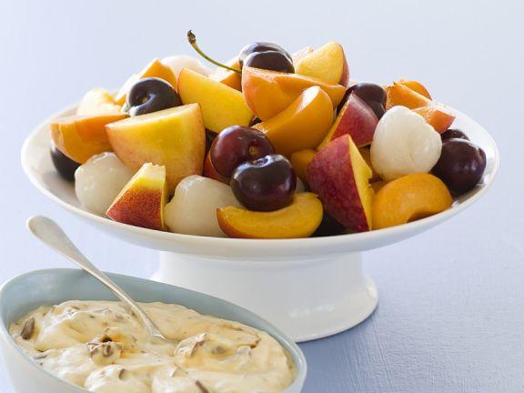 Gemischtes Obst mit Honig-Nuss-Joghurt