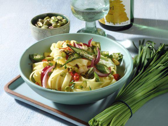 Gemüse-Bandnudeln mit Kurkuma-Pistazien-Butter
