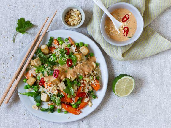 Gemüse-Brat-Reis mit Erdnuss-Sauce und Tofu