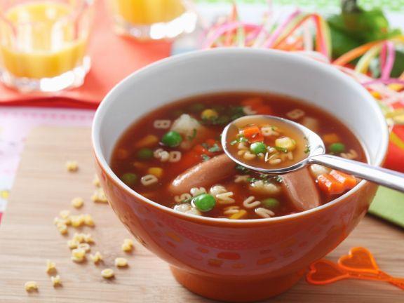 Gemüse-Buchstabensuppe mit Würstchen
