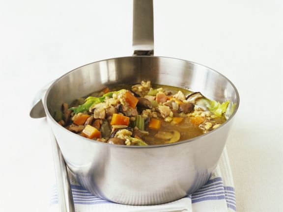 Gemüse-Graupen-Suppe mit Pilzen und Speck