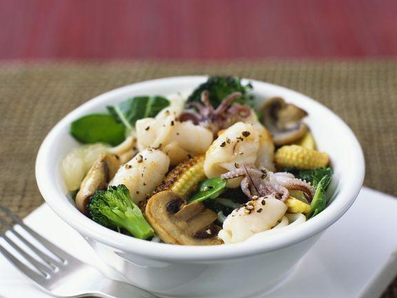Gemüse mit Tintenfisch und Nudeln aus dem Wok