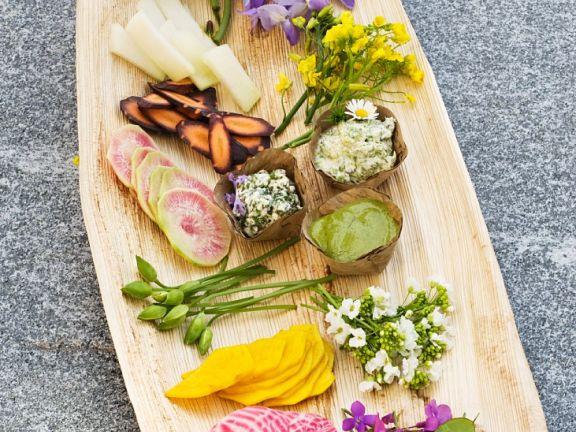 Gemüse und Essblüten mit Dips