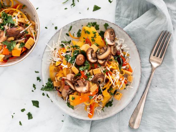 Gemüsenudeln mit Pilzen und Tofu