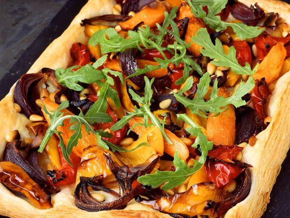 Gemüsepizza mit Rucola auf dem Blech