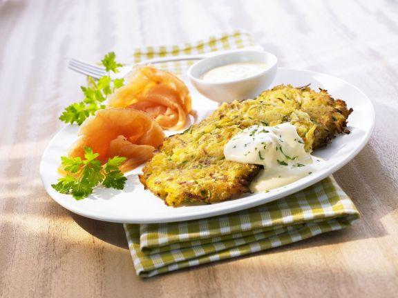 Gemüsepuffer mit Joghurtdip und Räucherlachs