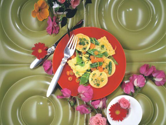 Gemüseravioli mit Zuckerschoten in Zitronenbutter