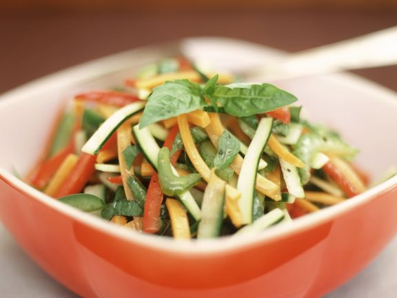 Gemüserohkost mit Basilikum