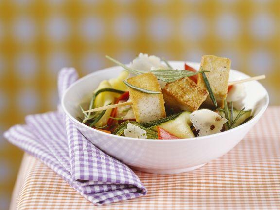 Gemüsesalat mit gebratenem Tofu und Parmesan