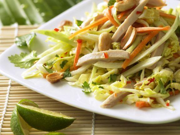 Gemüsesalat mit Hähnchen und Erdnüssen auf vietnamesische Art