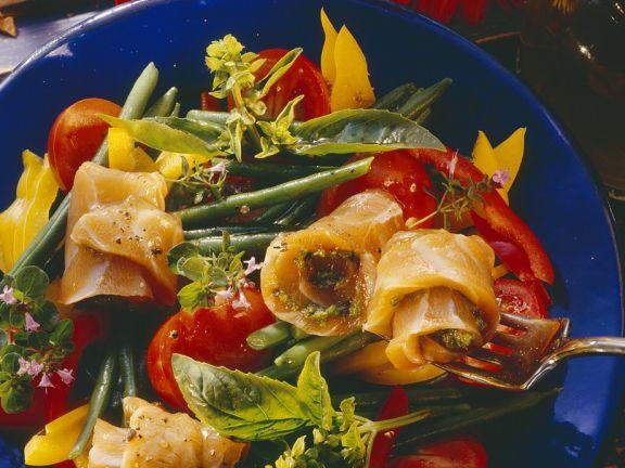 Gemüsesalat mit mariniertem Lachs