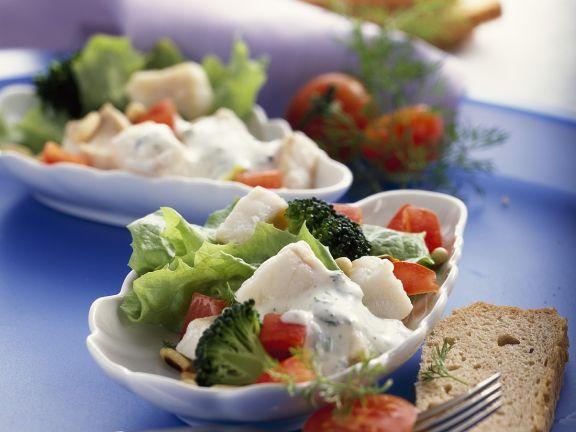 Gemüsesalat mit Rotbarsch
