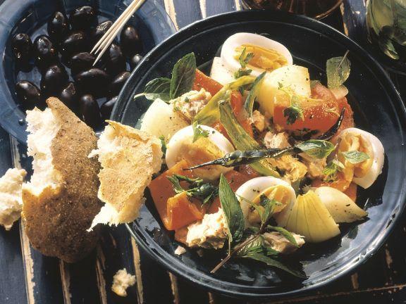 Gemüsesalat mit Thunfisch und Ei