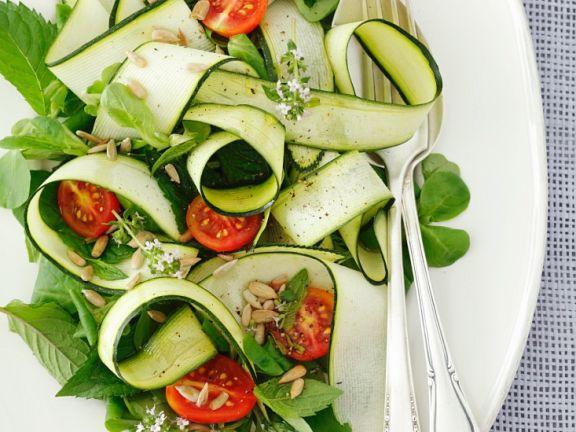 Gemüsesalat mit Zucchini, Tomaten und Minze