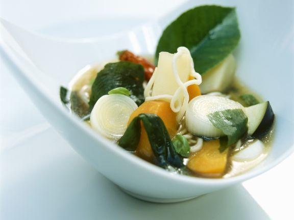 Gemüsesuppe im Asia-Stil