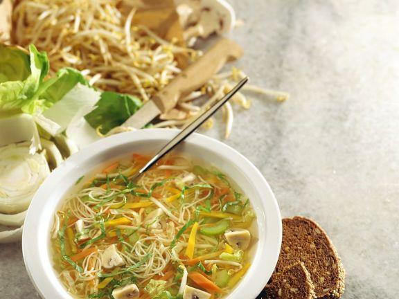 Gemüsesuppe mit asiatischen Nudeln