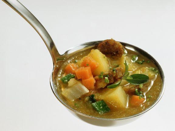 Gemüsesuppe mit Bratwürstchen