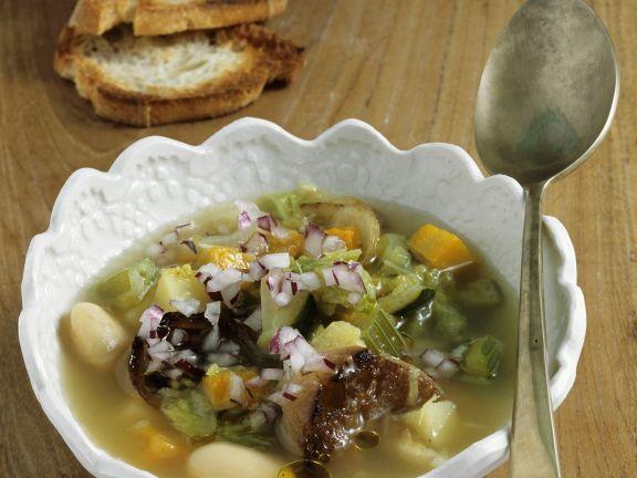 Gemüsesuppe mit geröstetem Brot