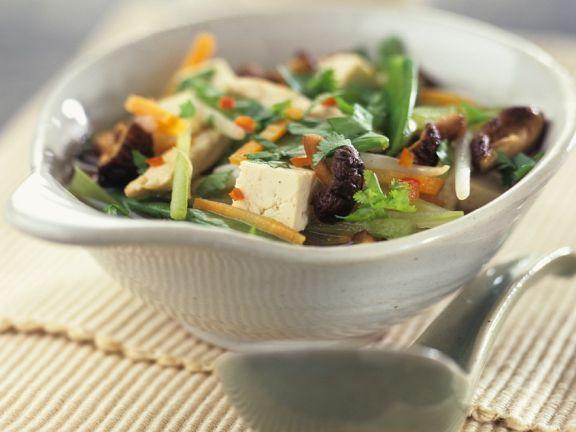 Gemüsesuppe mit Glasnudeln und Tofu