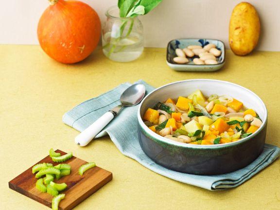 Gemüsesuppe mit Kürbis, Sellerie und Bohnen