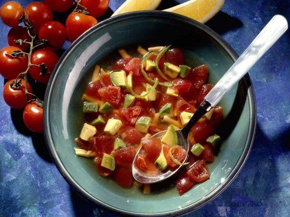 Gemüsesuppe mit Tomaten und Avocado