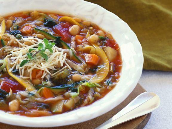 Gemüsesuppe mit Zucchini und weißen Bohnen