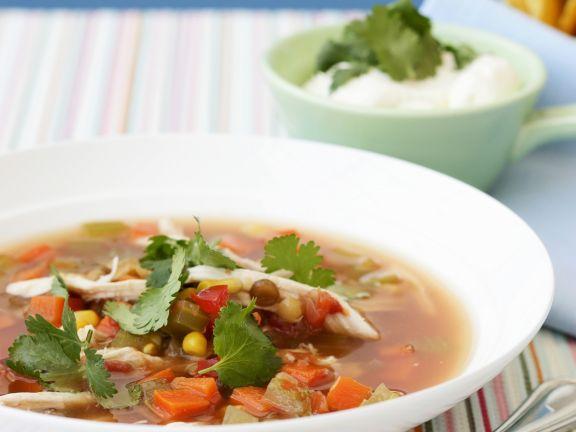 Gemüsesuppe nach mexikanischer Art mit Hähnchen und Koriander