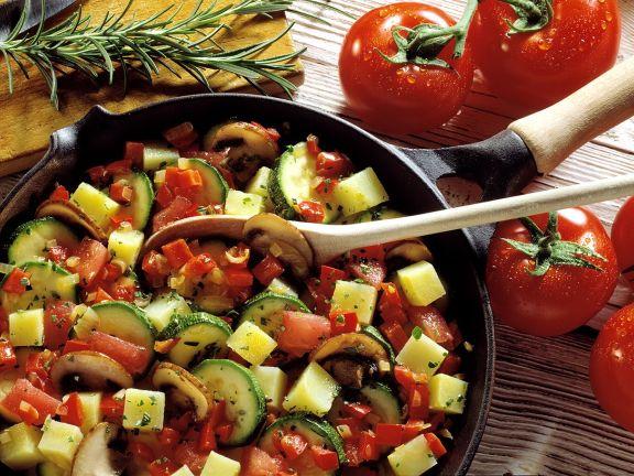 Gemüsetopf mit Kartoffeln und Pilzen