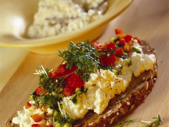 Gemüsewürfel mit Hüttenkäse auf Brot