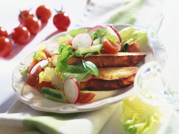 Geröstetes Brot mit Knofi-Butter und Radieschensalat