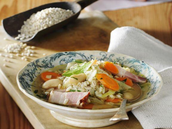 Gersteneintopf mit Gemüse und Bauchspeck