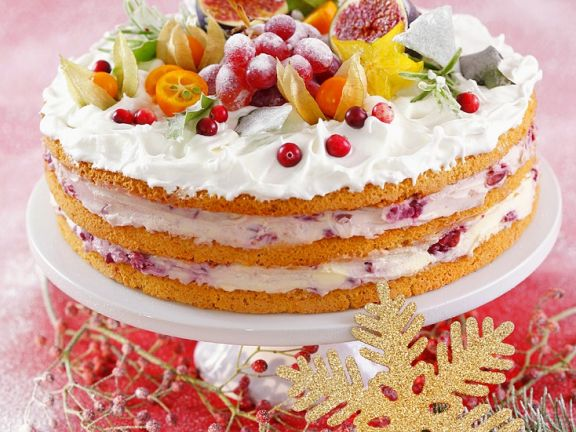 Geschichtete Torte mit Kirschcreme und Baiser
