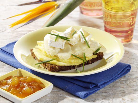 Geschmolzener Camembert auf Ananas-Bananen-Brot