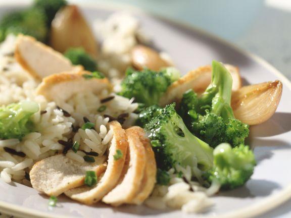 Geschmorte Hähnchenbrust mit Zwiebeln und Brokkoli