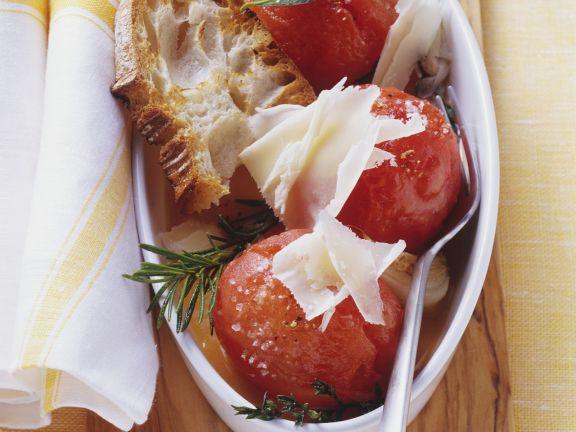 Geschmorte Tomaten mit Röstbrot und Käse
