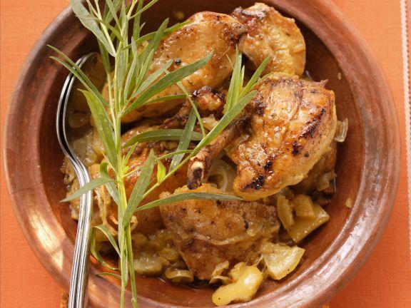 Geschmortes Hähnchen mit Zwiebeln aus der Tajine