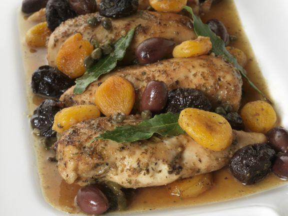 Geschmortes Hähnchenfilet mit Trockenobst und Oliven