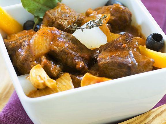 Geschmortes Rindfleisch mit Gemüse und Früchten